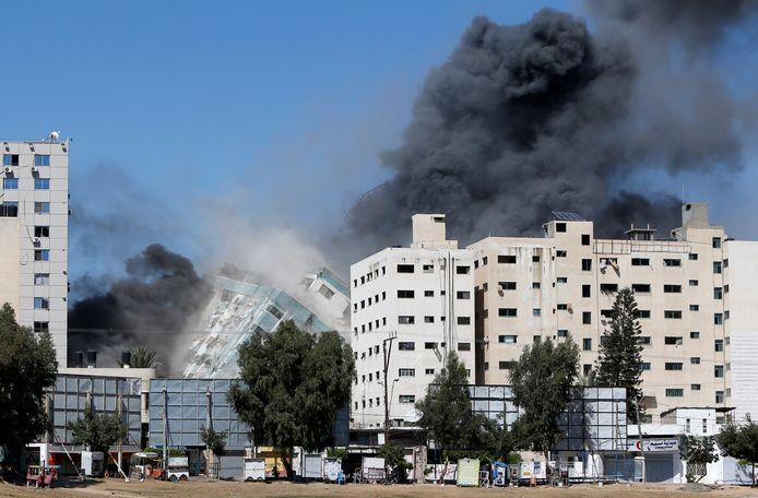 Het gebouw waar Al Jazeera en AP huizen, stortte meteen in.