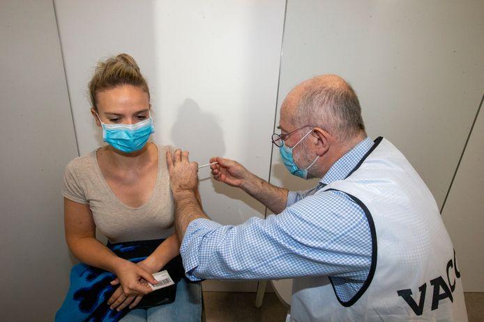 Epidemioloog Pierre Vandamme kwam eind juni, samen met andere collega-experten, in het Antwerpse vaccinatiecentrum Spoor Oost zelf jongeren inenten.
