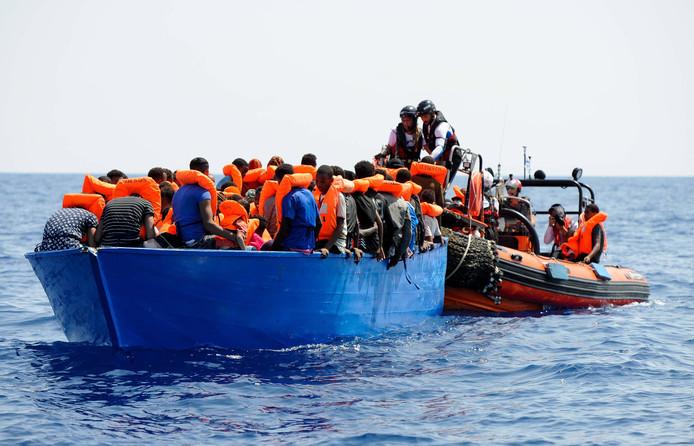 Reddingsactie van opvarenden van een migrantenbootje op de Middellandse Zee.