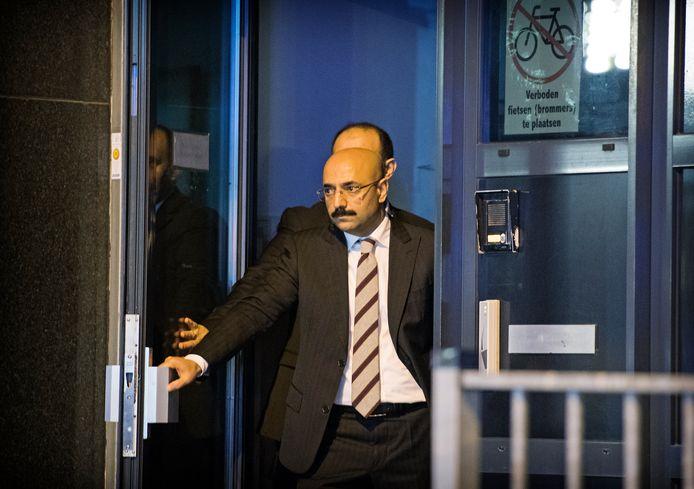 Sadin Ayyildiz in de entree van het consulaat in Rotterdam. Hij wacht daar zaterdagavond<br />op de Turkse minister, die op 30 meter van hem strandt.