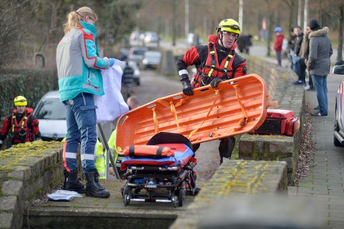 De brandweer hielp de Arnhemmer mee om de buurman uit het water te halen.