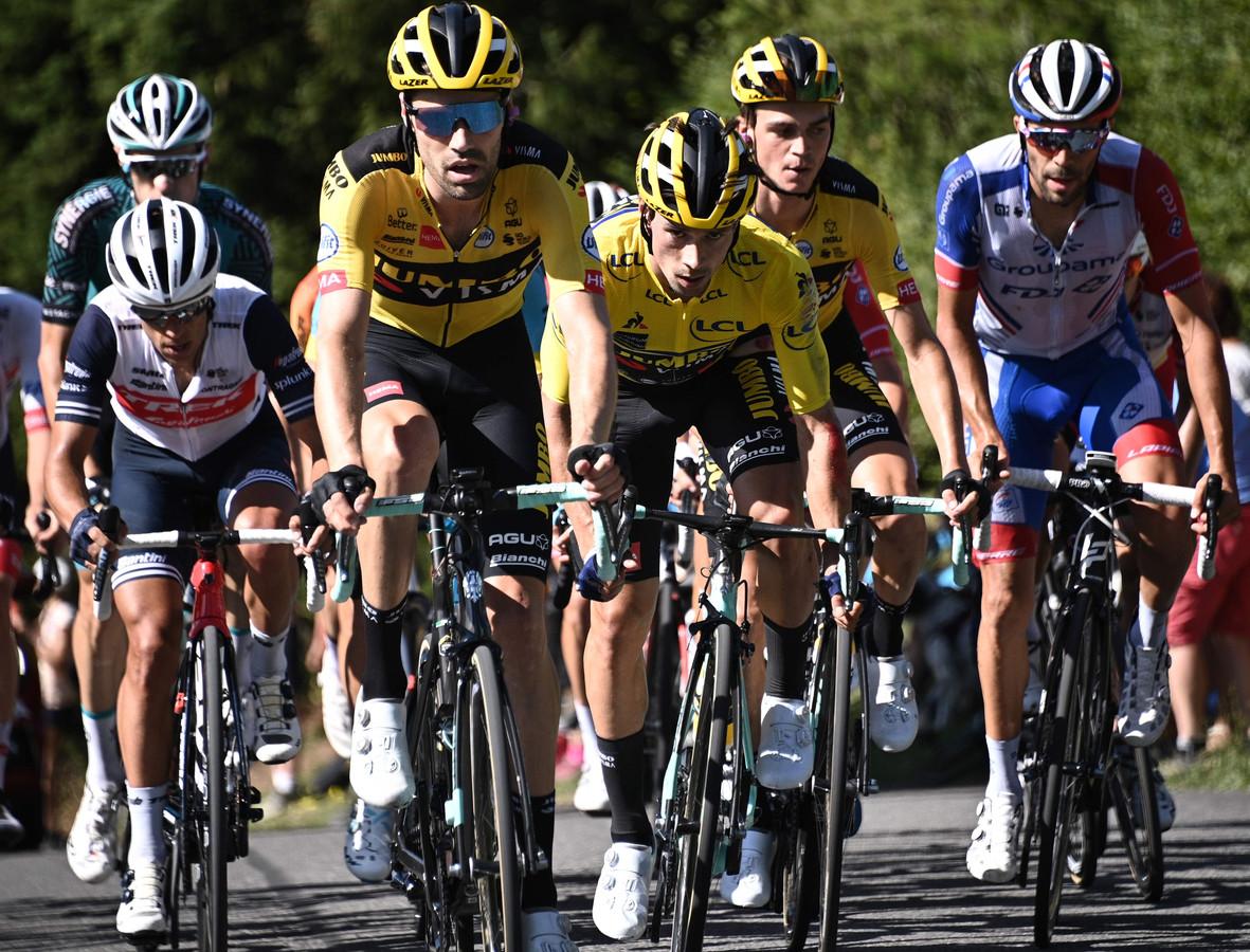 Dumoulin op kop, met in zijn wiel leider Roglic in de groep der favorieten.