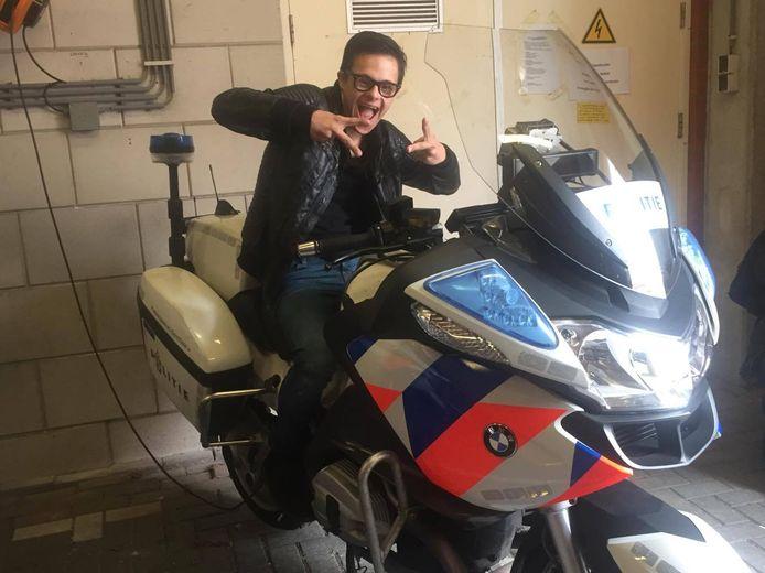 Max krijgt een rondleiding op politiebureau Delft na melding over nepvuurwapen