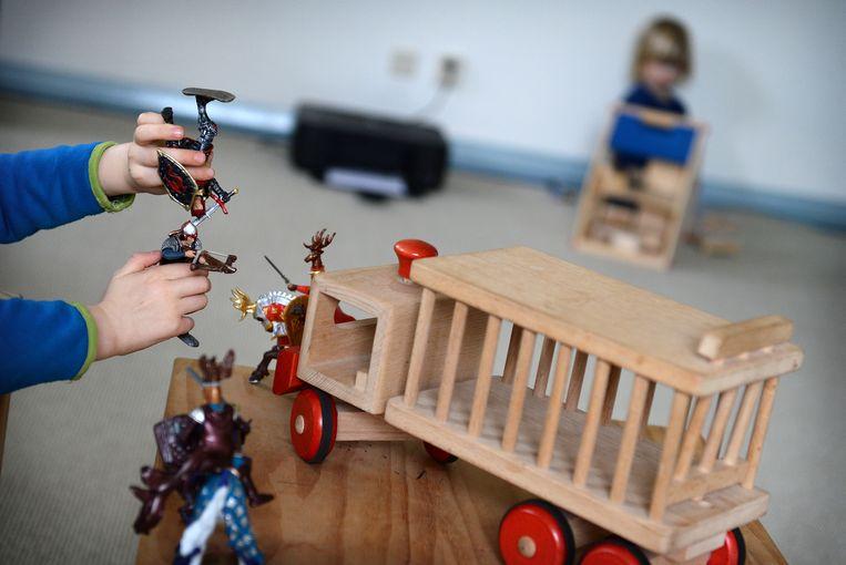 In een psychologiepraktijk in Amsterdam worden kinderen geobserveerd met behulp van speelgoed bij vermoeden van kindermishandeling.  Beeld Marcel van den Bergh / de Volkskrant