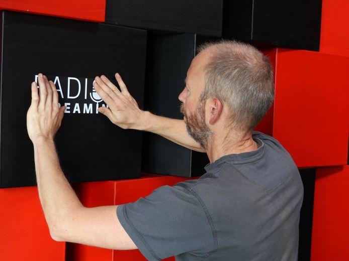 De radiostudio in CC Evergem wordt klaargemaakt.