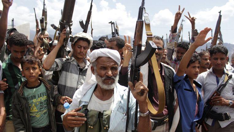 Gewapende Jemenitische mannen, loyaal aan de troepen van de president van Saoedi-Arabië, Abedrabbo Mansour Hadi in Taez in Jemen. Beeld AFP
