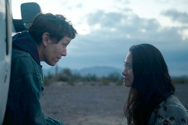 Actrice Frances McDormand (links) en regisseur Chloé Zhao op de set van 'Nomadland'. Beeld AP