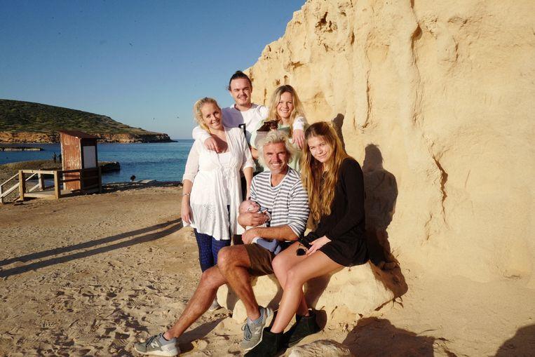 Een familiefoto met zijn drie kinderen Carolin, Yannick en Marie, stiefdochter Isabelle en kleinzoon Atson.