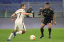 Jurriën Timber in duel met Henrikh Mkhitaryan van AS Roma.