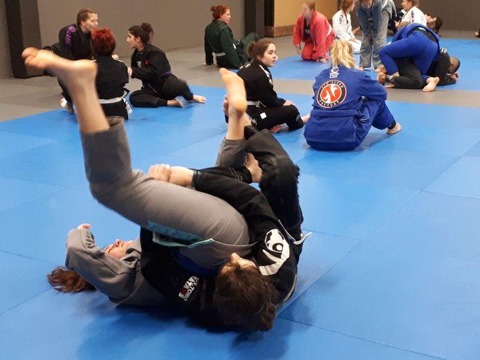 Female fighters op de mat van sportschool Van Buel in Oss.
