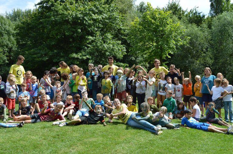 Kinderen samen met de animatoren van speelplein Sjiraf in Hove.