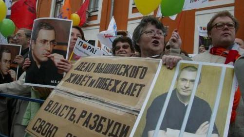 """""""Soit ce système criminel est détruit, (...) ce qui exigerait de la volonté et des actions radicales au plus haut niveau politique du pays. Soit cette destruction se produira à la manière traditionnelle russe: par le bas et dans le sang"""", souligne M. Khodorkovski."""