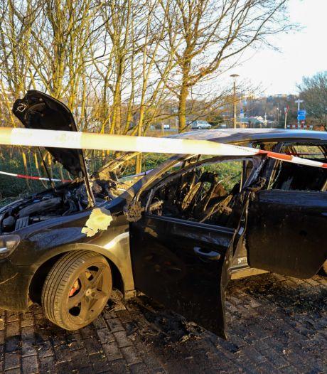 Auto volledig uitgebrand op verlaten parkeerplaats in Arnhem