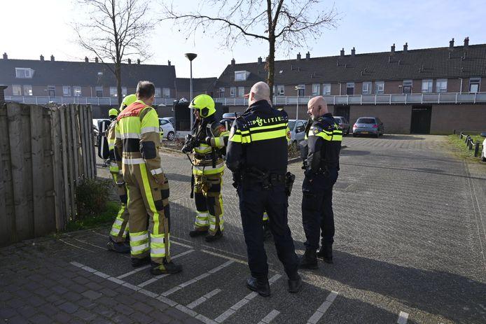 Politie en brandweer overleggen nadat er afval is gevonden in een aanhanger.