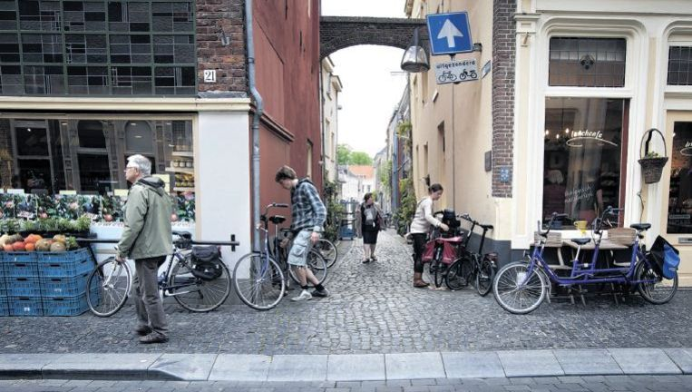 De Lange Hofstraat in het historische centrum van Zutphen. De stad is een bolwerk van de antroposofie en dat is te zien aan de vele biologische winkeltjes. Foto: Herman Engbers Beeld
