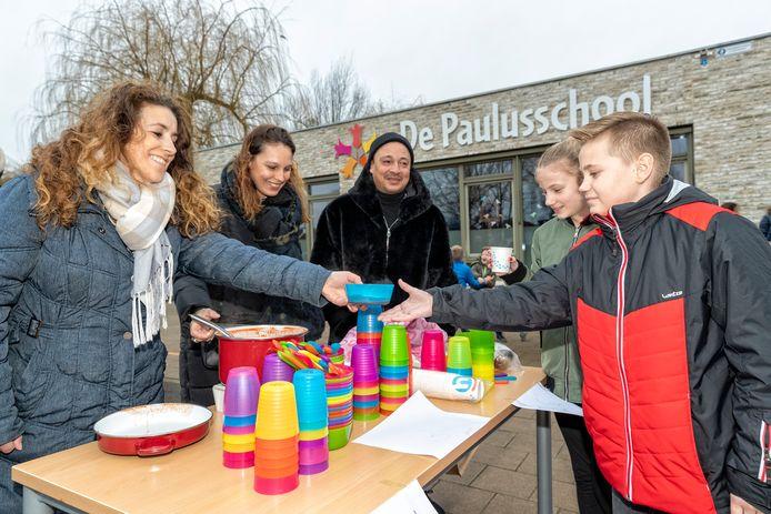 Op de Paulusschool maken ouders soep klaar voor de kinderen tijdens de 2 daagse onderwijsstaking