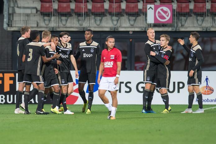 De spelers van Jong Ajax vieren de goal van Danilo Pereira.