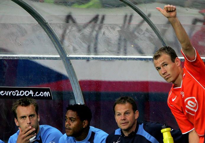 Arjen Robben steekt zijn duim op naar het publiek na zijn veelbesproken wissel tegen Tsjechië.
