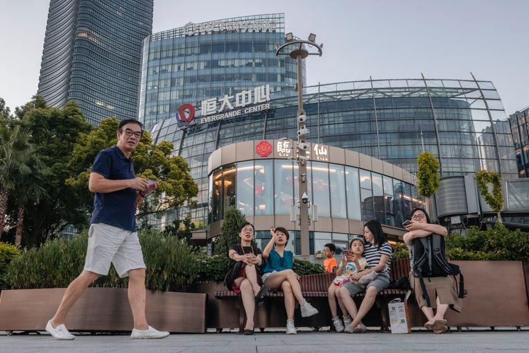 Het Evergrande Center in Shanghai. De verwachting is dat de Chinese overheid inzet op een gecontroleerde ontmanteling van het concern. Beeld EPA