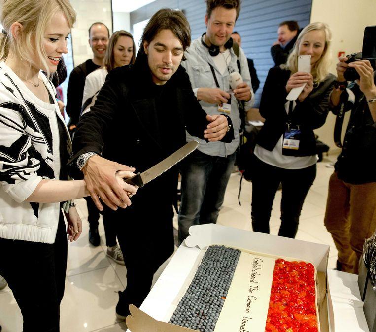 2014-05-07 KOPENHAGEN - Waylon en Ilse DeLange snijden een taart aan tijdens het radioprogramma Gouden Uren van Radio 2 in het Deense Kopenhagen. Ze slaagden er met hun gelegenheidsband The Common Linnets in bij de eerste tien te eindigen in de eerste halve finale van het Eurovision Songfestival, met het liedje Calm After The Storm. ANP KIPPA SANDER KONING Beeld ANP Kippa