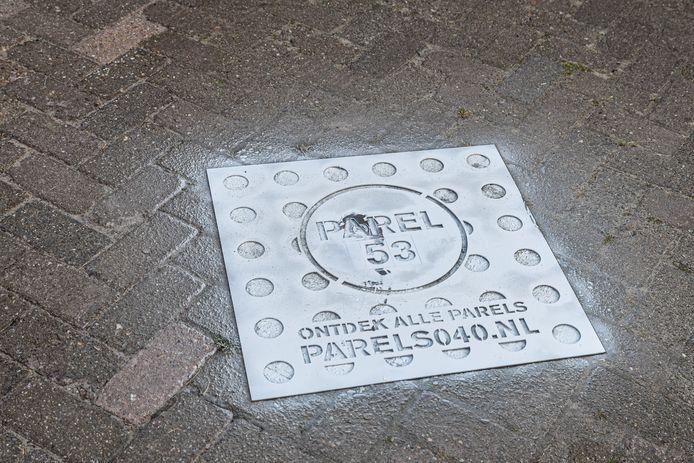 Bij de plekken waar Eindhovenaren een verhaal vertellen voor de site parels040.nl komt een nummer op de grond te staan, met verwijzing naar de site. Daar kan het verhaal en meer informatie opgezocht worden.