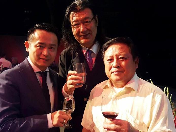 """Teamleiders, Han Ji (links) en Chen Yu Yeh (rechts), met de beroemdste kok uit China DaDong (midden) van het tweede prijs winnende team """"Association of New Asian Cuisine"""""""