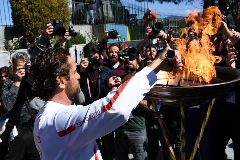 Acteur Gerard Butler steekt de olympische vlam aan in Griekenland. Beeld REUTERS