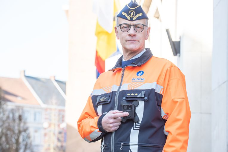 """Politiechef Patrick Boel toont de bodycam: """"Zo verhogen we de transparantie van onze werking""""."""