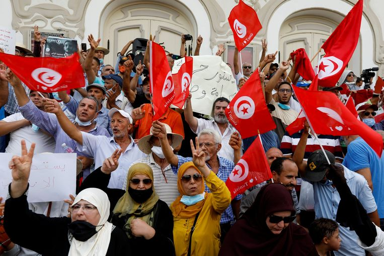 Honderden betogers demonstreerden afgelopen zaterdag tegen de alleenheerschappij van president Kaïs Saied, die twee maanden geleden de macht naar zich toetrok. Beeld REUTERS