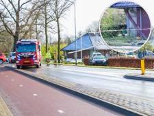 Automobilist rijdt houten balk aan gort en strandt in heg vlak voor Zutphensestraat in Brummen