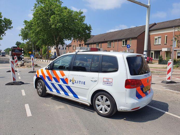 Een politiewagen op de Graafseweg in Nijmegen, waar een verkeersregelaar werd aangereden. De automobilist ging er daarna vandoor.