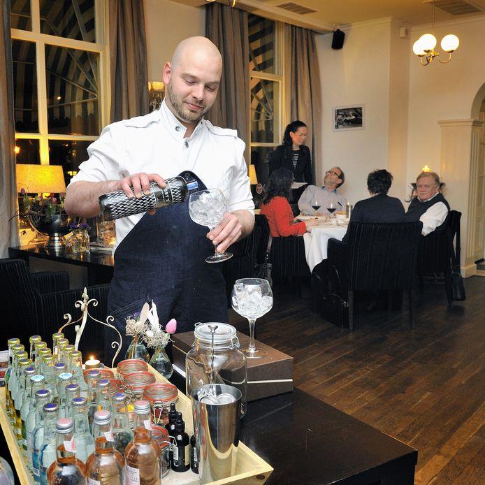 Chef-kok René Vermeulen aan de gintafel van 't Spuihuis.