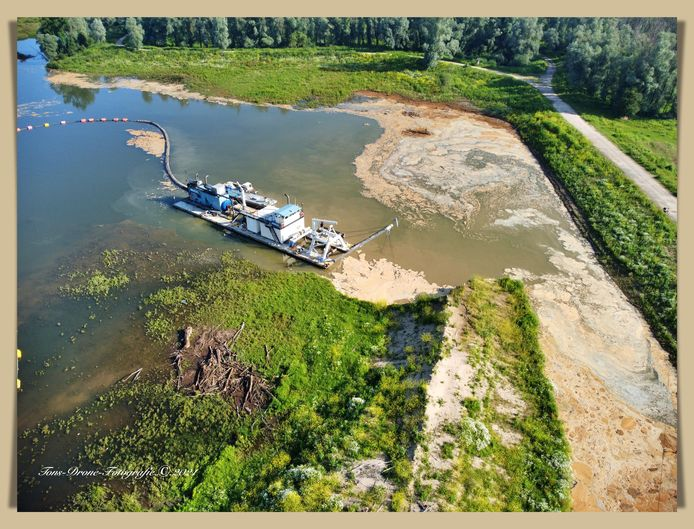 De zandzuiger in de Millingerwaard, die nog tot eind van het jaar in bedrijf blijft. Dan moet de inrichting van het natuurgebied annex waterbergingsterrein helemaal zijn afgerond.