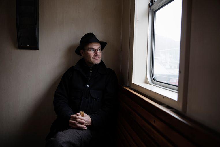 Klaus Hammerl, eigenaar van de Loreleypont, kijkt uit het raam van zijn veerboot. Beeld Daniel Rosenthal