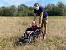 """Niels (5) test met papa Sam 'off-road' rolstoel in het Parkbos: """"Dan kunnen we samen de natuur in trekken"""""""