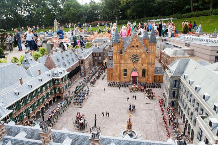 Het Binnenhof tijdens Prinsjesdag in Madurodam.