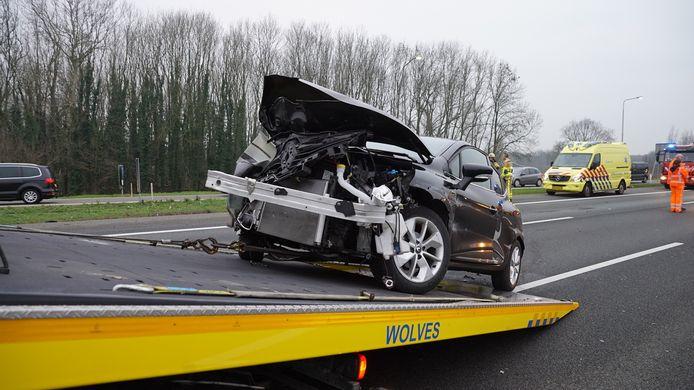 Een voertuig dat betrokken was bij de aanrijding wordt al afgesleept.