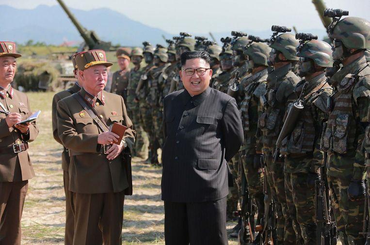 Kim Jong-un met de commando's van de nieuwe elite-eenheid van het leger. Noord-Korea heeft nog niet bekendgemaakt hoe de commando-groep heet. Beeld AFP