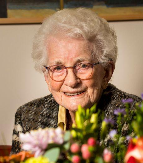 Twee rondjes gebak voor kwieke honderdjarige Deldense: 'Meeste vrienden zwaaien vanuit de hemel'