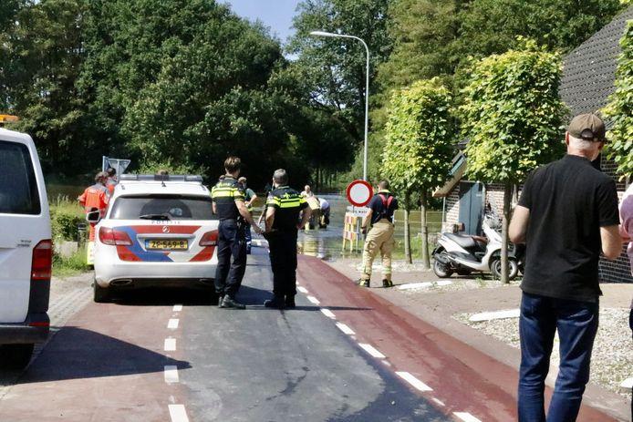 Hulpverlening aan de drenkeling die uit de Maas werd gehaald bij Bergen.