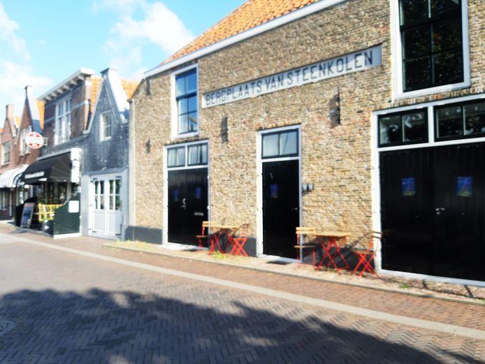 Het voormalige kantoor aan de Nieuwe Haven in Zierikzee is in beeld als danscafé.