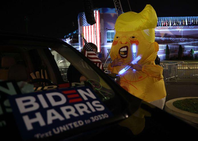 Een supporter van Biden met een opblaasbaar Trump-pak, in Delaware.