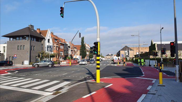 De aangepaste verkeerslichten staan op het kruispunt van de Scheepsdalelaan met de Leopold I- en Leopold II-laan.