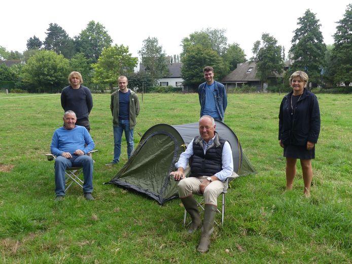 De initiatiefnemers van Reis naar de Boer met boer Patrick Vandekerckhove, eigenaar Didier Cannie en schepen van Toerisme Sophie Delaere aan Chateau Weiland.