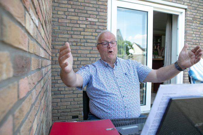 Al is het vanuit huis, Herman Houwaard kan niet wachten om weer te gaan zingen.