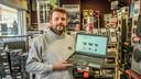 Bjorn Decock, zoon van Patrick Decock en Claudine Soenens, toont de nieuwe webshop van Deco Car Systems.