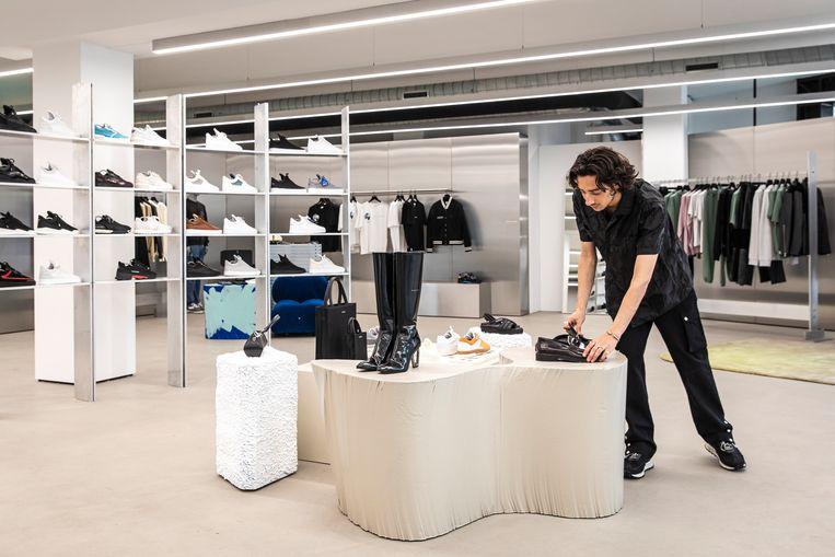 De winkel is minimalistisch ingericht. Beeld Dingena Mol