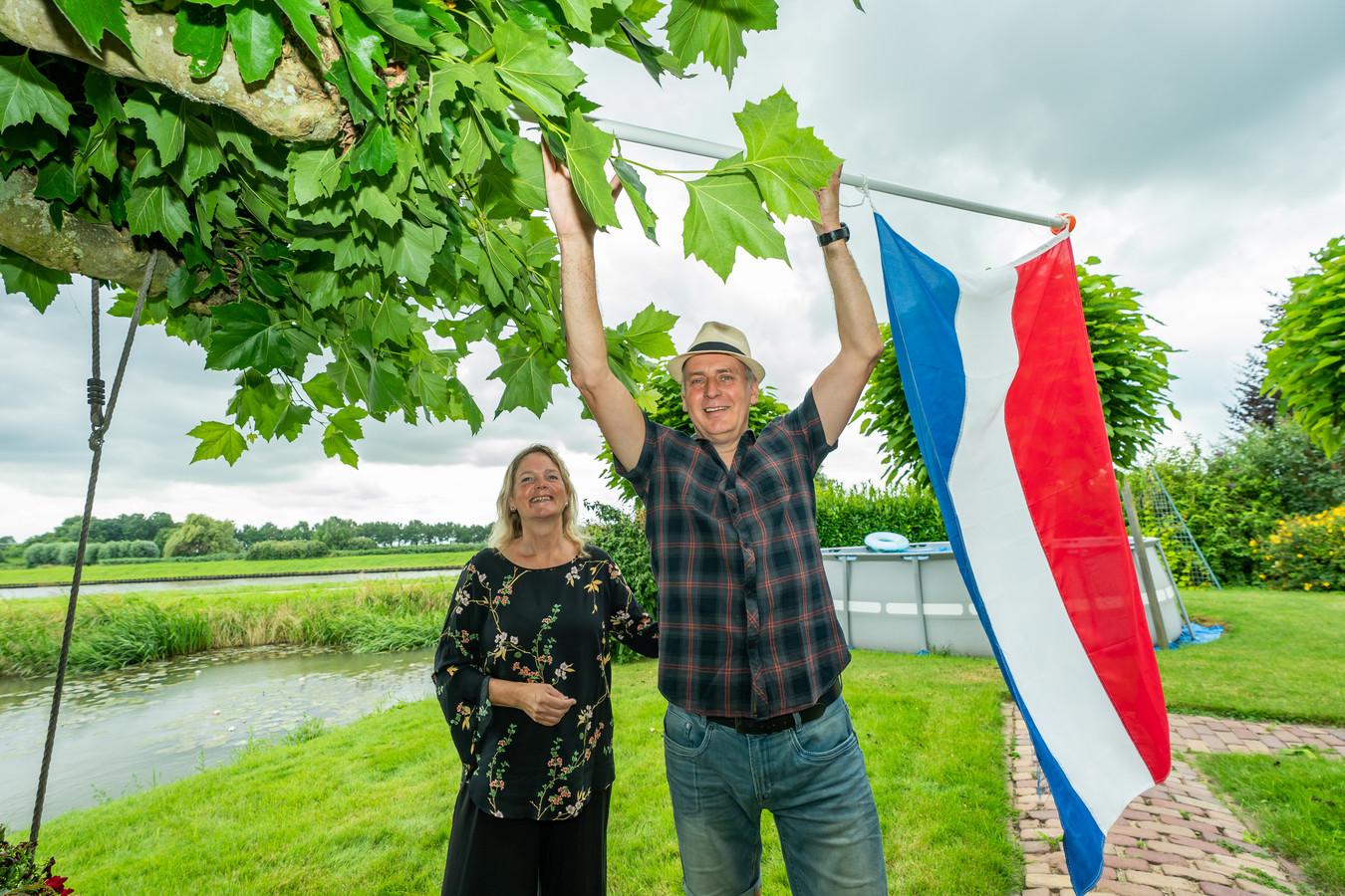 De vlag kan uit bij de familie Trienekens uit 't Goy. Vijf jaar lang hebben zij ervoor gestreden om Windpark Gooyerbrug tegen te houden; met succes bleek vandaag.