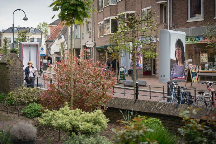 Panelen met en zonder poster in de Bergstraat.