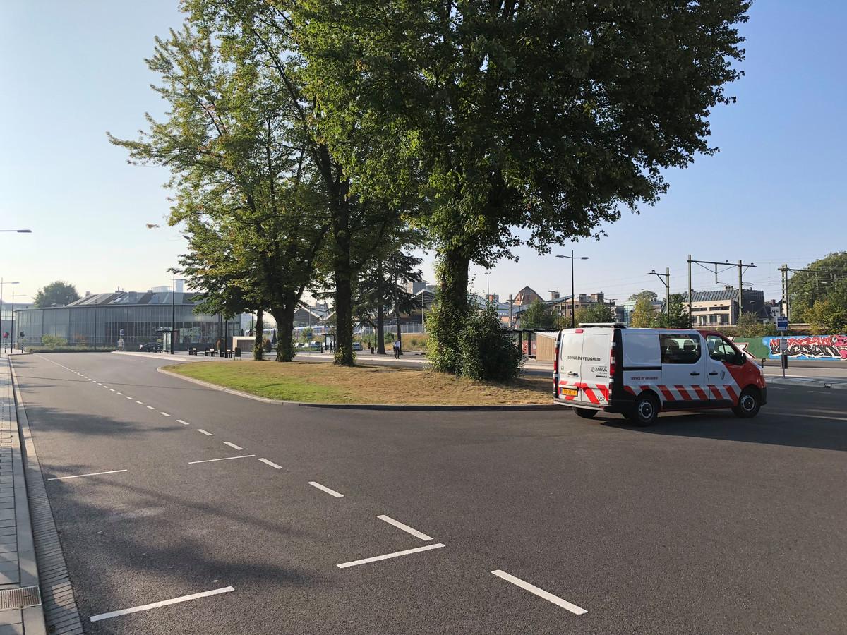 Op een busje van de beveiliger, en één bus van het Belgische De Lijn, na is het rustig op het busstation in Tilburg.